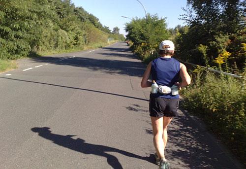 Läuferin auf sonnigem Diedersdorfer Weg