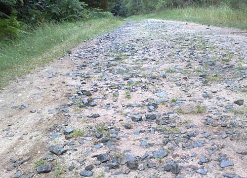 Grobe Steine auf Weg