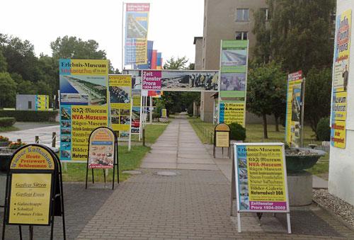 Werbetafeln am Prora-Museum