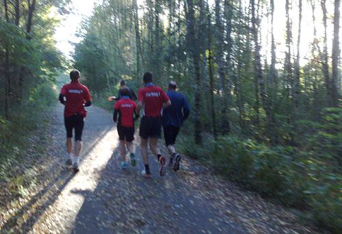 Läufer-Gruppe auf dem sonnigen Mauerweg