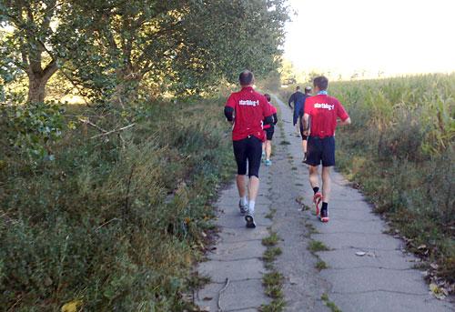Läufer an einem Feld kurz vor Birkholz