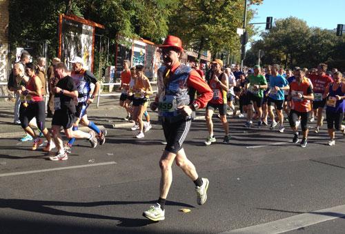 Läufer mit Hut und Glitzerweste