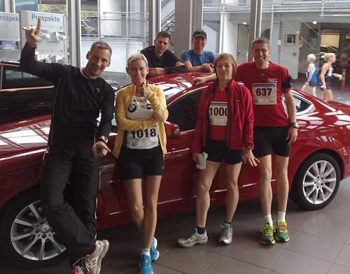 Läufergruppe um ein teures Auto