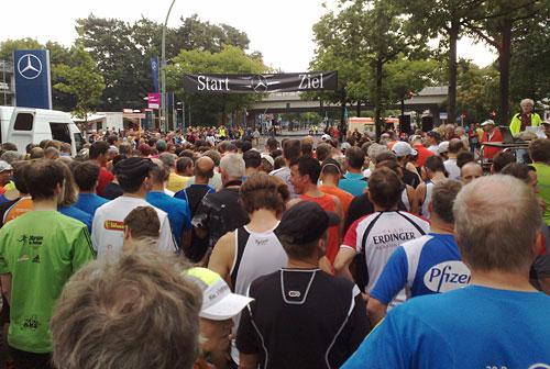 Läufer warten vor dem Startbanner auf den Startschuss