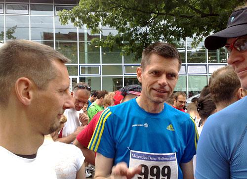 Läufer diskutieren im Startfeld