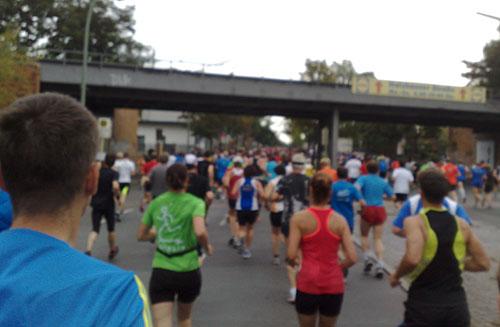 Läuferinnen und Läufer auf der Strecke