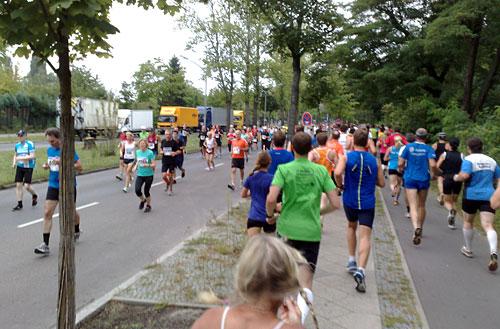 Läufer kommen sich aufgrund einer Wendeschleife entgegen