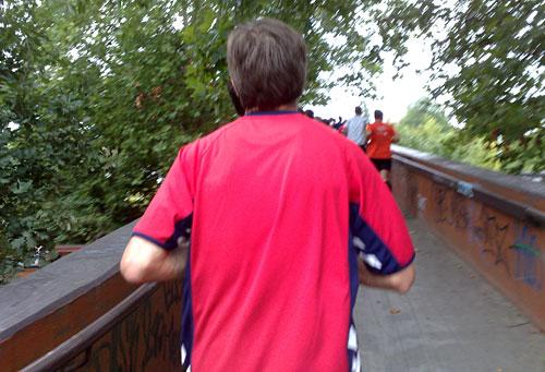 Läufer auf Brückenanstieg