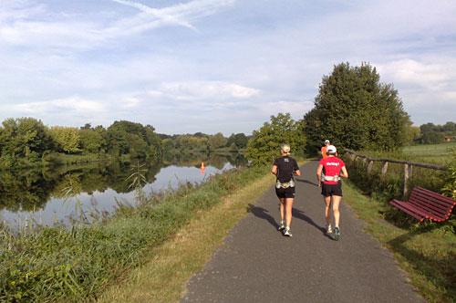 Läuferinnen und Läufer auf Weg am Teltowkanal