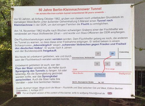 Plane mit Erinnerungstext an den Fluchttunnelbau