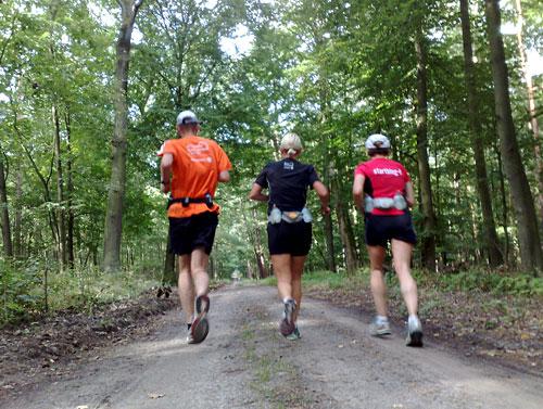 Läuferinnen und Läufer auf Waldweg