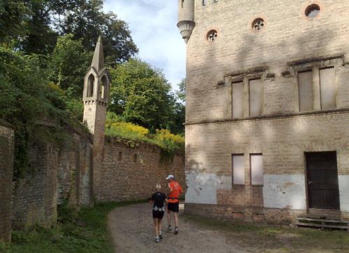Läufer in historischen Gemäuern