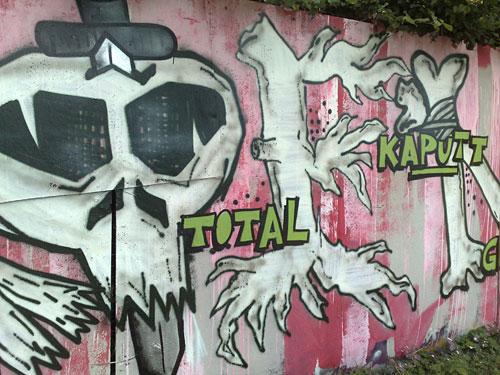 """Graffiti mit Totenkopf und Schrift """"total kaputt"""""""