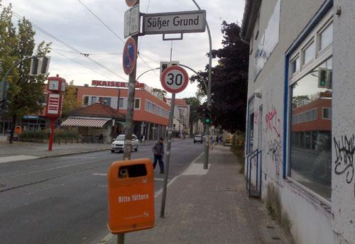 Straßenschild Süßer Grund mit Mülleimer Bitte füttern