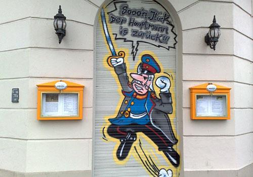 Auf Kneipen-Jalousie gemalter Hauptmann von Köpenick