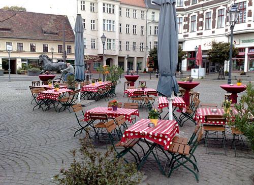 Leere Tische und Stühle auf dem Platz