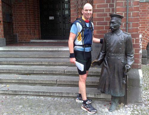 Läufer neben Statue des Hauptmann von Köpenick
