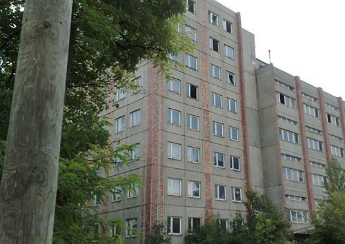 Plattenbauten mit eingeworfenen Fenstern