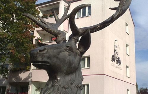 Denkmal-Hirsch und Hirte-Gemälde am Wohnhaus