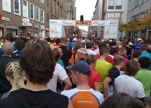 Läufer vor dem Startbanner