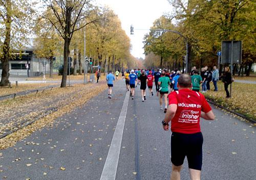 Halbmarathon-Läufer auf Straße