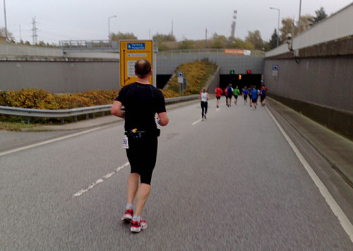 Läufer laufen auf Herrentunnel zu