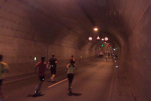 Läuferinnen und Läufer im Herrentunnel