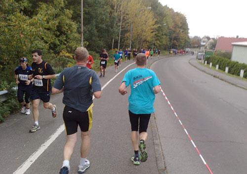 Läufer auf Straßengefälle vor dem Herrentunnel