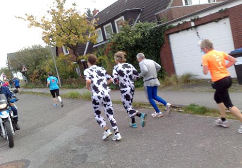 Zwei Läufer in Kuh-Kostümen
