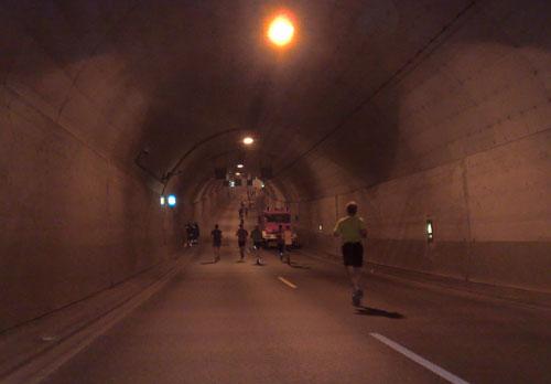 Läuferinnen und Läufer im Lübecker Herrentunnel