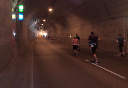 Läufer vor dem Tunnelende