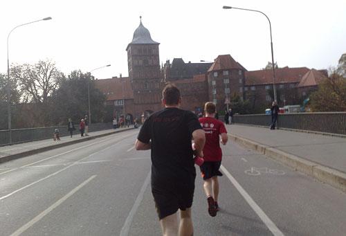 Läufer vor dem Lübecker Burgtor
