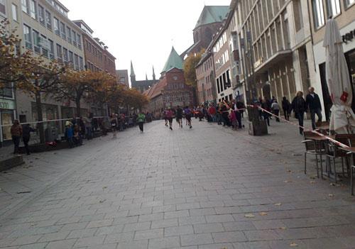 Ansteigende Fußgängerzone in Lübeck
