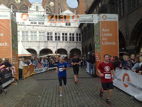 Zieltor auf dem Lübecker Marktplatz mit Finishern des Halbmarathons