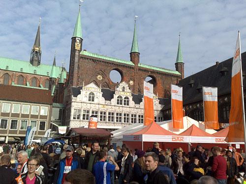 Marktplatz in Lübeck mit Halbmarathon-Finishern