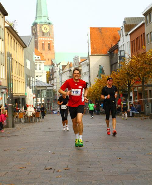Halbmarathon-Läufer in Lübecker Altstadt