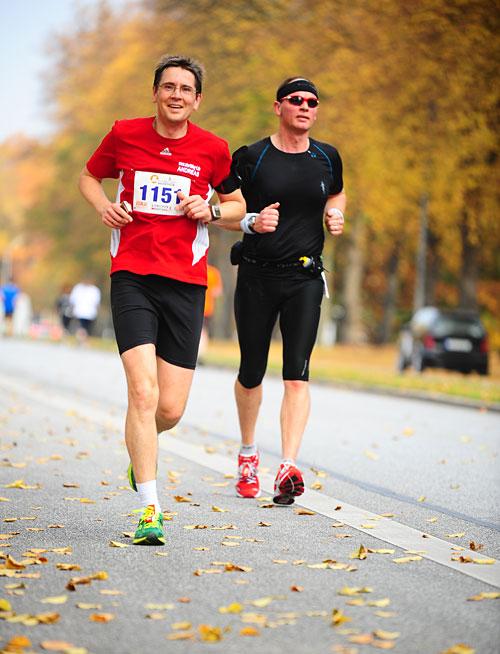 Läufer vor Herbstbäumen