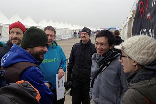 Läufer im Gespräch am Teamzelt