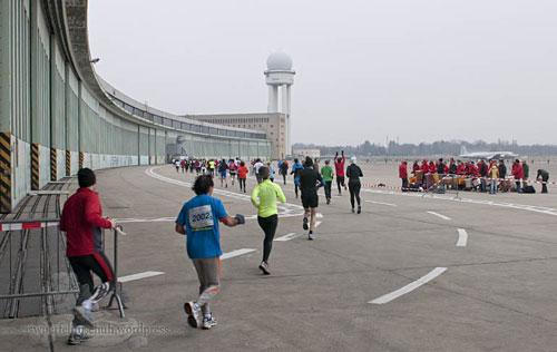 Staffelläufer und Trommelgruppe auf dem Flughafen Tempelhof
