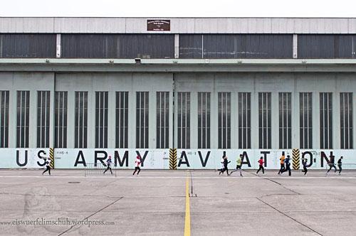Läufer vor Flughafengebäude