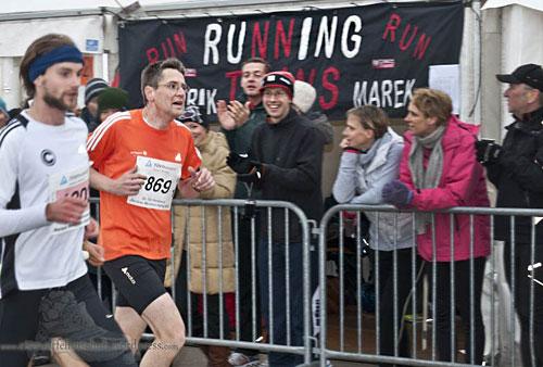 Läufer mit klatschenden Zuschauern