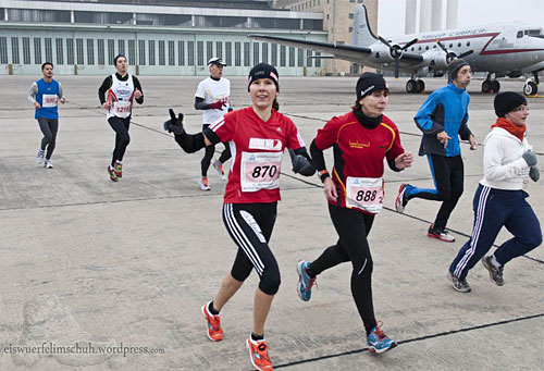 Läuferin vor Flughafengebäude