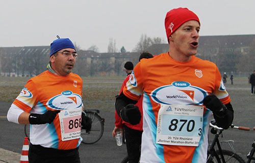 Läufer der Marathonstaffel in Team-World-Vision-Shirts