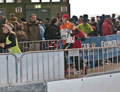 Läufer läuft in die Wechselzone der Berliner Marathonstaffel ein
