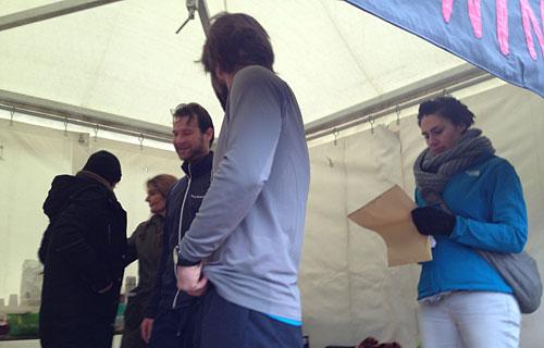 Team-Mitglieder im Zelt