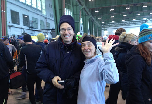 Läufer und Läuferin lächeln in die Kamera