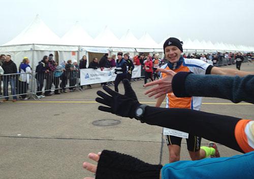 Hände recken sich dem vorletzten Läufer zum Abklatschen entgegen