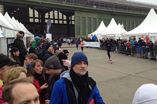 Läuferin läuft auf Ziel im Hangar zu