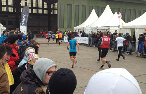Läufer kurz vor Hangar 5