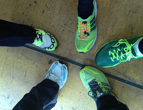 4 Laufschuhe in Grün-Gelb, 1 Laufschuh in Blau-Weiß